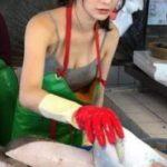 【画像】とんでもなくエチエチボディの美少女が魚を売ってると話題に!