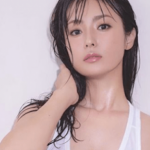 【画像】深田恭子、透け透けタンクトップ姿でたわわな胸の谷間を披露!